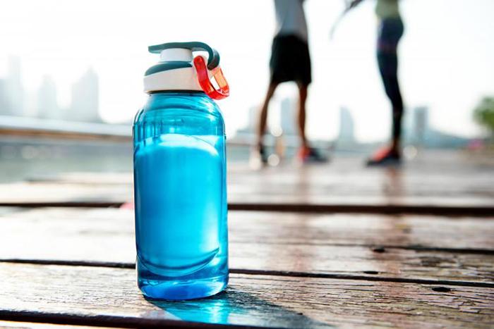 Пляшка для води до Нового року – універсальний подарунок